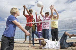 10355500-Les-adolescents-qui-jouent-au-volley-ball-Banque-d'images